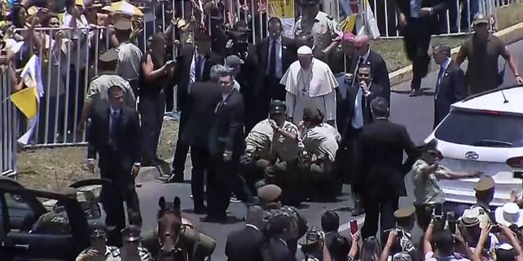 Une policière tombe de cheval, le pape descend de sa papamobile