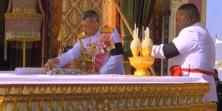 Thaïlande: les ossements du roi placés dans des urnes funéraires par son fils
