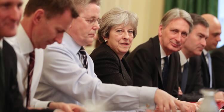 Grande-Bretagne: May achève un remaniement après un début chaotique