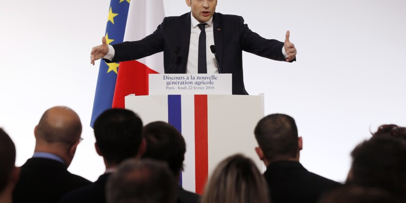 """Macron prône la """"révolution culturelle"""" devant des centaines d'agriculteurs"""