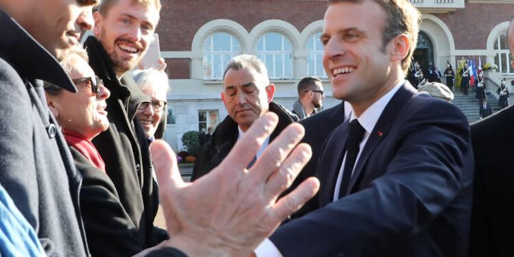 """Macron encore """"au contact"""" des Français avant un week-end très international"""