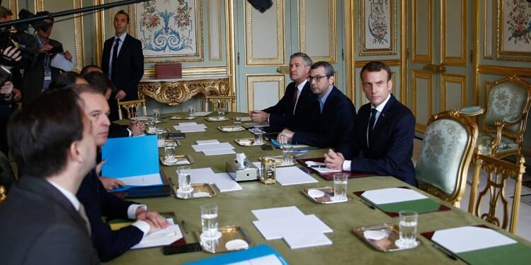 """Après les émeutes de Paris, Macron cherche la réponse aux """"gilets jaunes"""""""