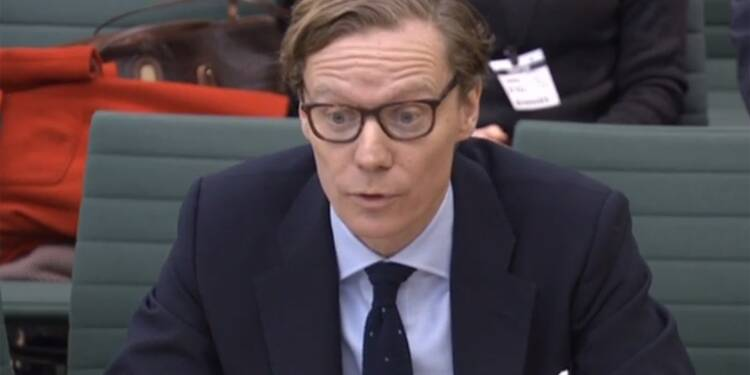 Scandale Facebook: la société Cambridge Analytica suspend son patron