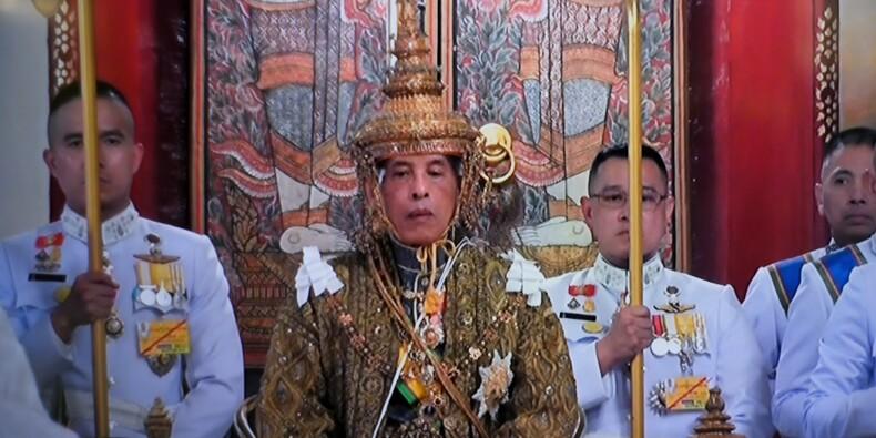 """Couronné, le roi de Thaïlande lance un appel à """"la paix"""" dans un pays divisé"""