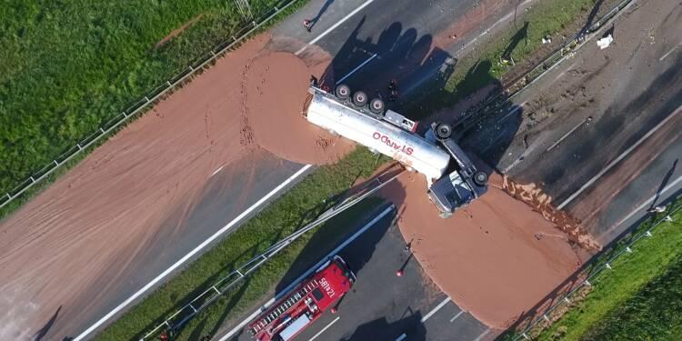 Pologne: fleuve de chocolat chaud sur une autoroute