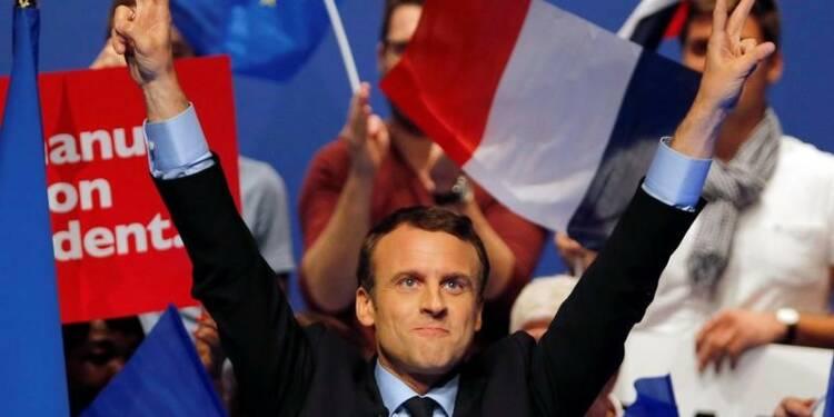 Macron devant Le Pen et Fillon, les écarts se resserrent, selon un sondage Elabe