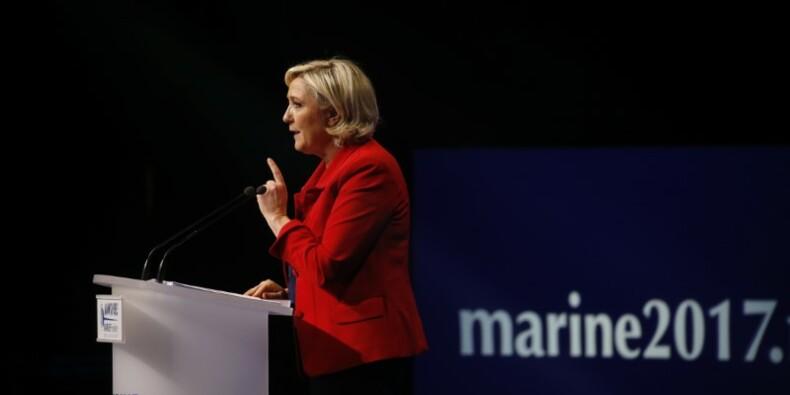 Le Pen insiste sur ses fondamentaux lors d'un meeting perturbé