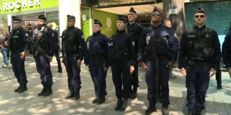 Hommage de policiers sur les Champs-Elysées