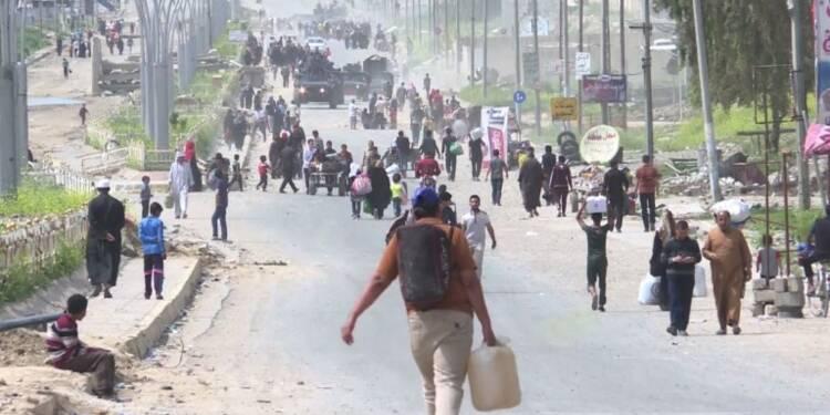 Au-milieu des ruines, des habitants à Mossoul continuent de fuir