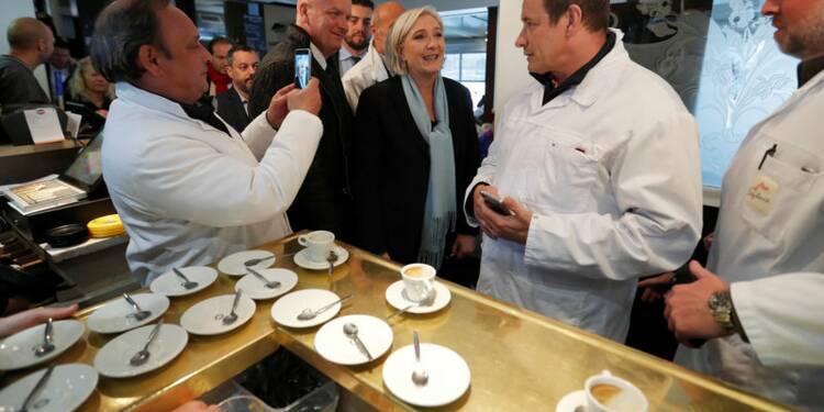 Marine Le Pen occupe le terrain face à Emmanuel Macron