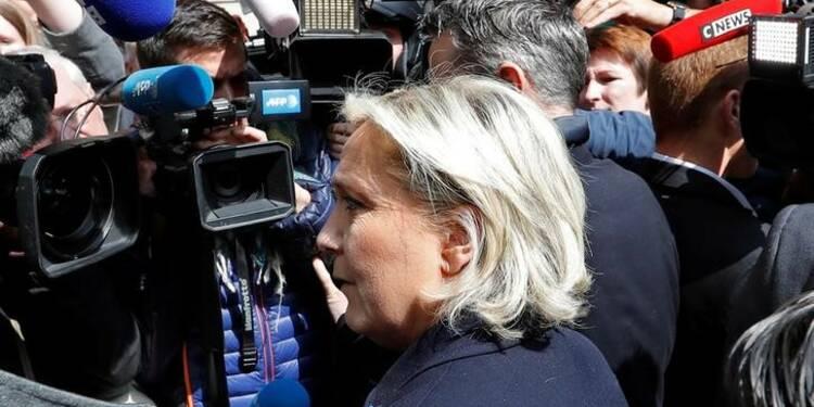 """Le Pen appelle les """"Insoumis"""" à """"faire barrage"""" à Macron"""