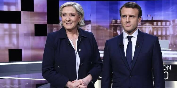 """Macron fustige """"l'impréparation crasse"""" de Le Pen sur l'euro"""