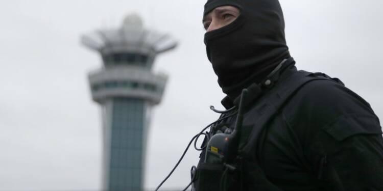 Traffic aérien interrompu à Orly, un homme abattu par un militaire