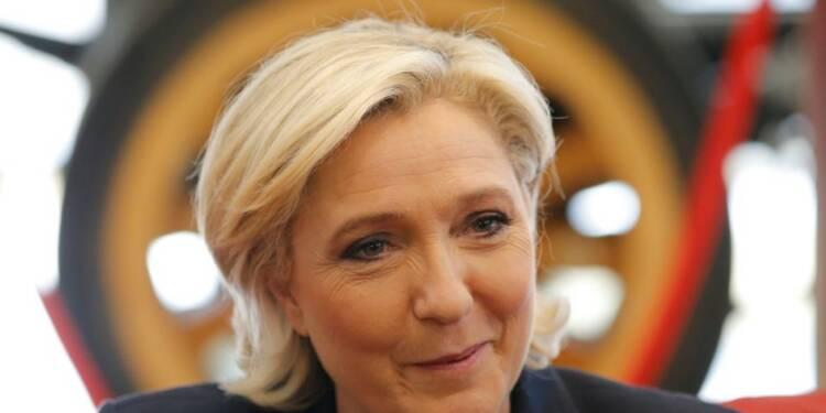 """Le Pen pose en porte-parole de la """"colère"""" face aux """"puissants"""""""