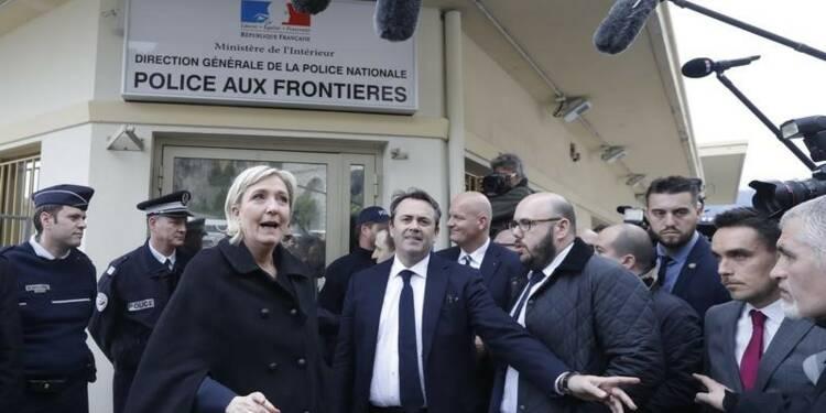 """Le Pen dénonce les """"passeurs"""" de migrants venus d'Italie"""