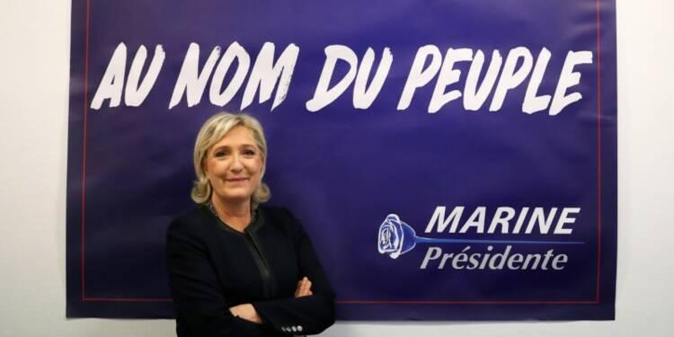 """Le Pen juge """"très plausible"""" d'affronter Macron au 2e tour"""