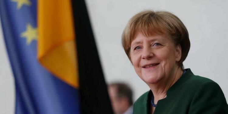 Dépenses militaires: respecter l'objectif de l'Otan, dit Merkel