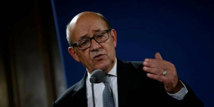 "Le Drian en discussion avec Macron mais ""maître de son calendrier""-entourage"