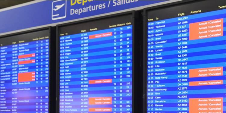Pagaille dans les transports aériens : les contrôleurs accusent le gouvernement