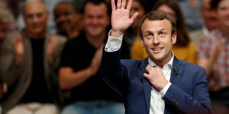 """Macron raille la """"fébrilité"""" de ses détracteurs"""