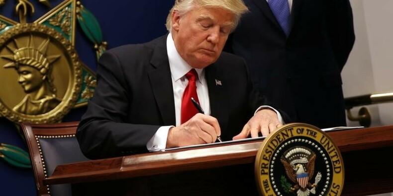 """Trump promet d'invalider la suspension """"ridicule"""" de son décret"""