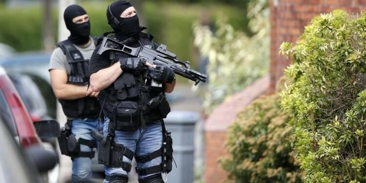Plus de moyens requis pour la lutte antiterroriste, dit Hollande
