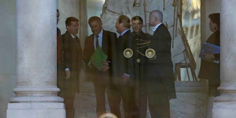 Hollande et Valls jouent l'apaisement après avoir frôlé la crise