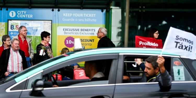 Portugal: des centaines de taxis anti-Uber bloquent l'accès à l'aéroport de Lisbonne