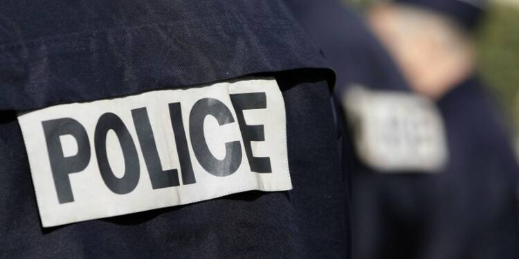 Des gardes du corps de la police ont une caisse noire
