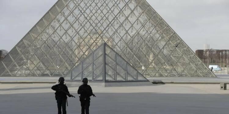 """Tentative d'attaque """"terroriste"""" au musée du Louvre à Paris"""