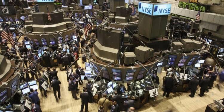 Wall Street finit en légère baisse, Apple pèse