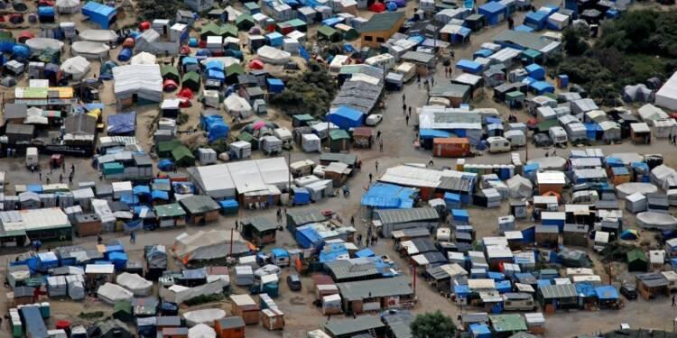 """Bernard Cazeneuve promet à Calais la fermeture de la """"jungle"""""""