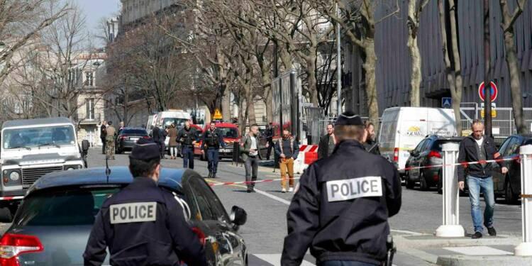 Explosion d'une enveloppe piégée au FMI à Paris, un blessé léger