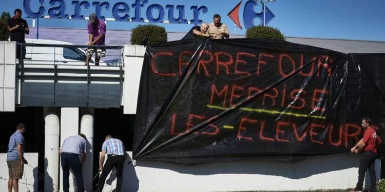 Crise agricole: après Lactalis, des éleveurs épinglent Carrefour