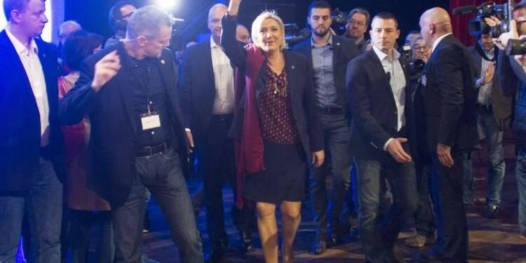 """Le Pen dévoile un programme qui se veut """"réaliste"""""""