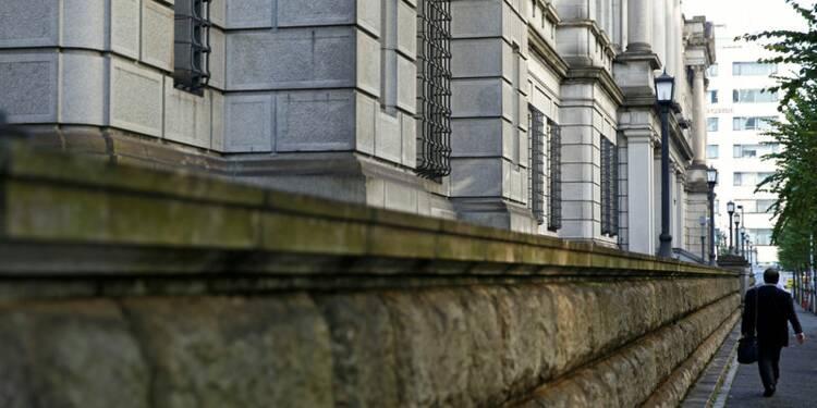 La BoJ maintient sa politique, repousse son objectif d'inflation