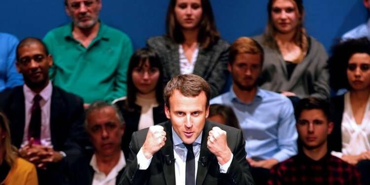 """Le """"cavalier seul"""" du candidat Macron bien perçu, selon les sondages"""
