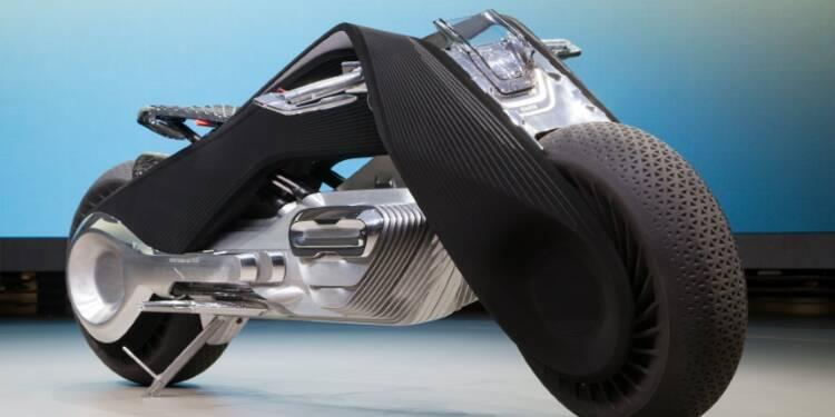 La moto du futur de BMW s'auto-équilibre et nul besoin de casque