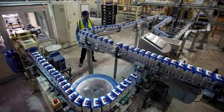 La production industrielle fléchit moins que prévu