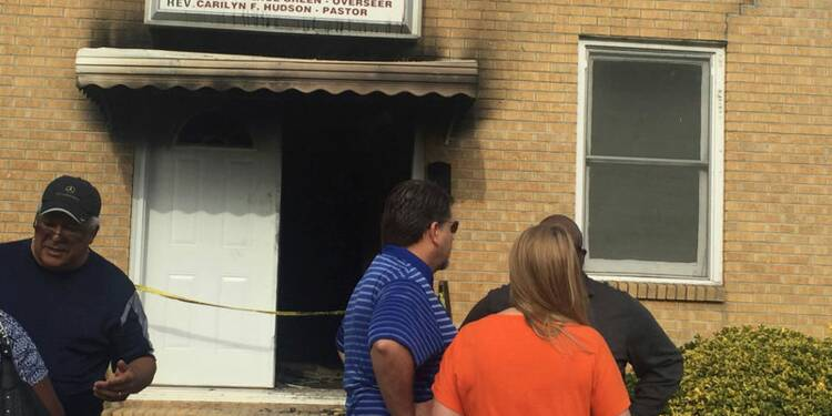 Une église noire incendiée dans le Sud, slogan pro-Trump bombé