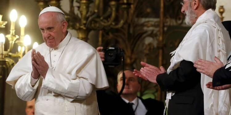 RPT-Le pape François en visite dans une synagogue de Rome