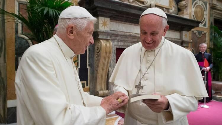 Benoît XVI fait une apparition publique au côté du pape François