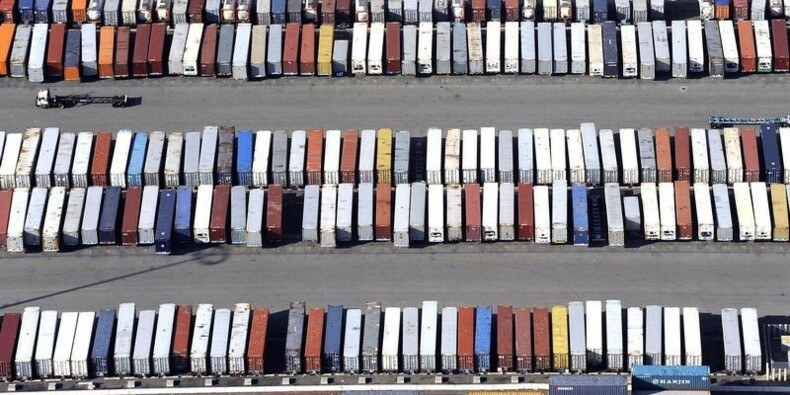 Le déficit commercial américain augmente moins que prévu