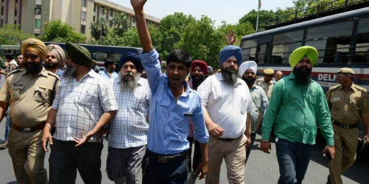 Pollution: les chauffeurs de New Delhi manifestent contre l'interdiction des taxis diesel
