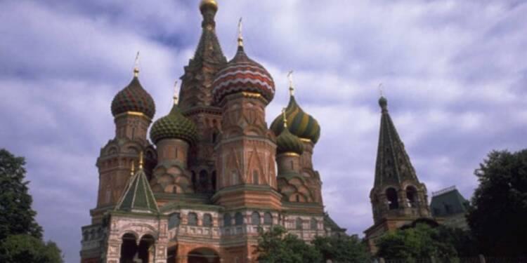 Le marché d'actions russe plonge, le rouble au tapis