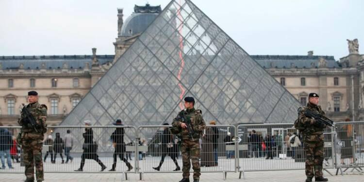 Bernard Cazeneuve défend l'état d'urgence, des mosquées fermées