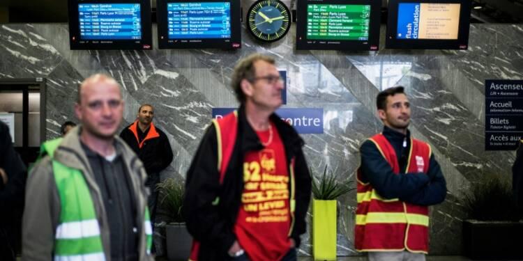 Sous pression des syndicats et du gouvernement, la SNCF veut en finir