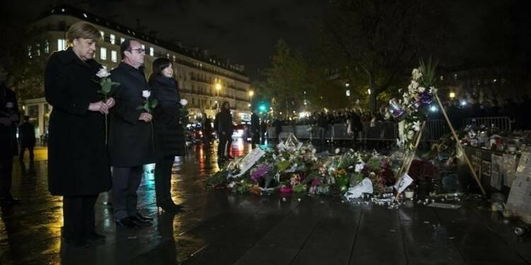 Merkel et Hollande se recueillent à Paris, Berlin promet d'agir