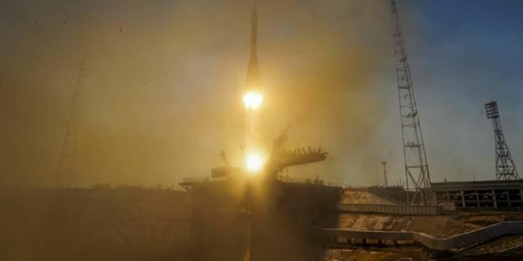 Une capsule Soyouz avec trois hommes à bord s'arrime à l'ISS