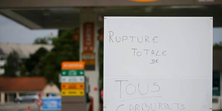 Des centaines de stations sans essence, du chantage selon Valls